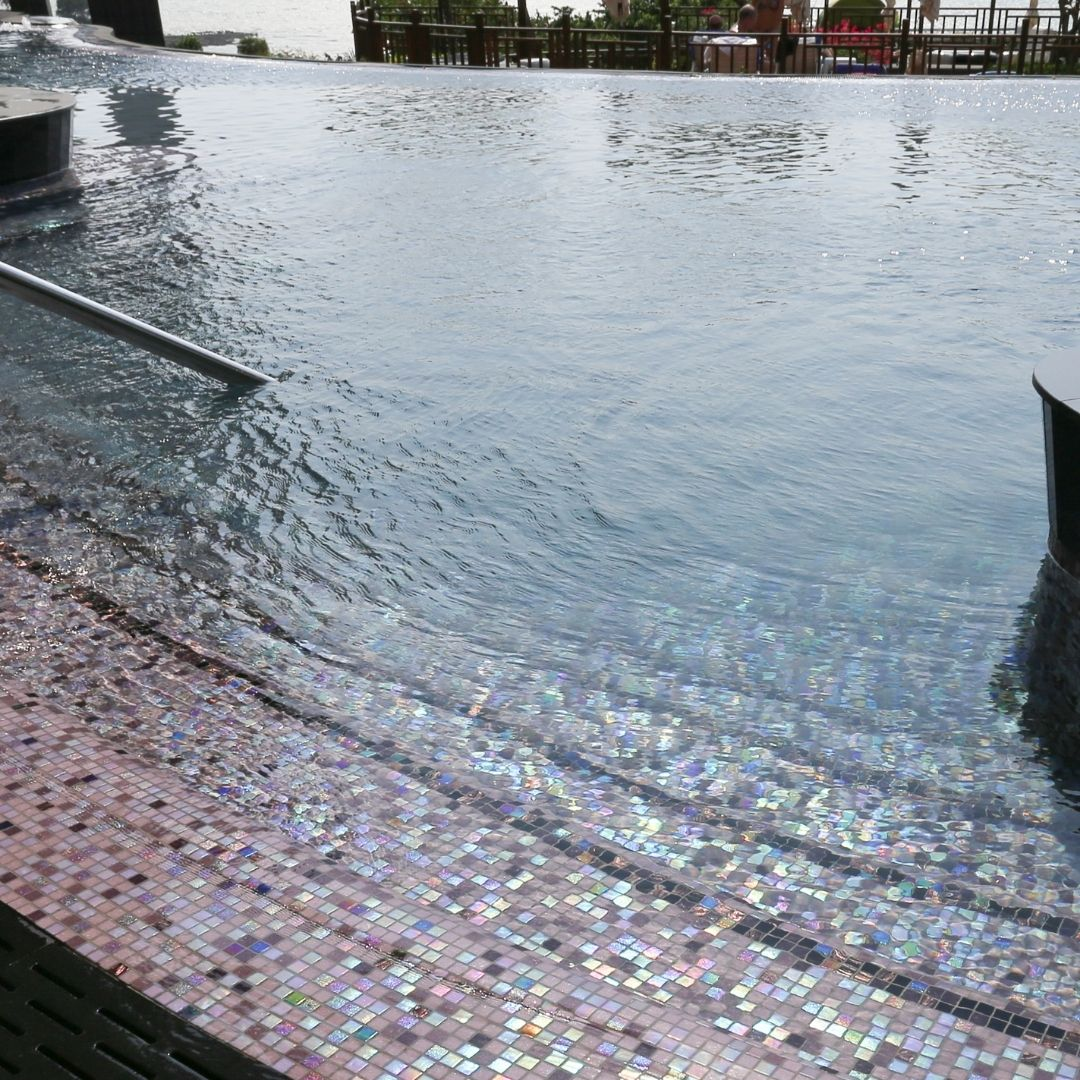 carrelage piscine foncée.jpg
